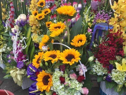 Ngắm sắc hoa tươi rộn ràng xuống phố ngày 8/3 - Ảnh 2