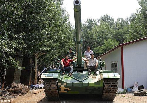 Ông bố nông dân tự chế tạo xe tăng cho trường của con - Ảnh 1