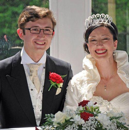 Bà mẹ kết hôn với chàng trai giống hệt con trai của mình - Ảnh 3