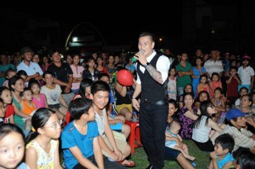 """Ca sĩ Trịnh Tuấn Vỹ """"cháy"""" hết mình với thiện nguyện - Ảnh 2"""