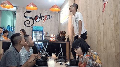 Việt Hương vừa ăn vừa toát mồ hôi với mỳ cay cấp độ 7 - Ảnh 2