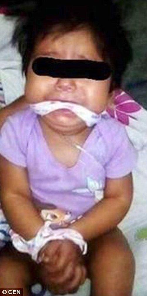 Bé 9 tháng tuổi bị mẹ và người giữ trẻ trói tay đăng lên facebook - Ảnh 1