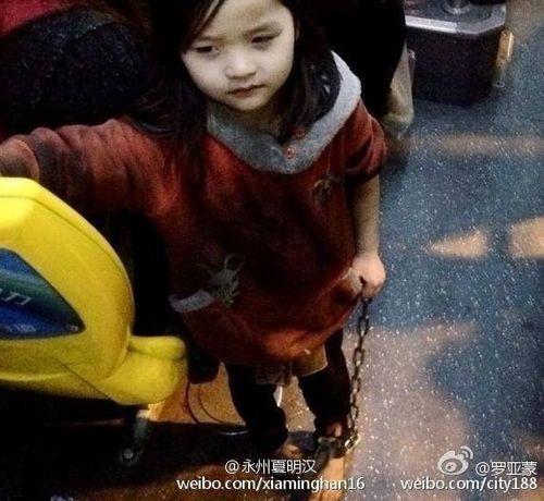 Trung Quốc: Bé gái 4 tuổi bị xích hai chân dậy sóng cư dân mạng - Ảnh 1