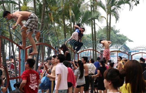 Vụ hỗn loạn tại Công viên nước Hồ Tây: Tắm miễn phí, sạch trơn văn hóa - Ảnh 1