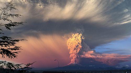 Hình ảnh khủng khiếp về núi lửa phun trào ở phía nam Chile - Ảnh 1