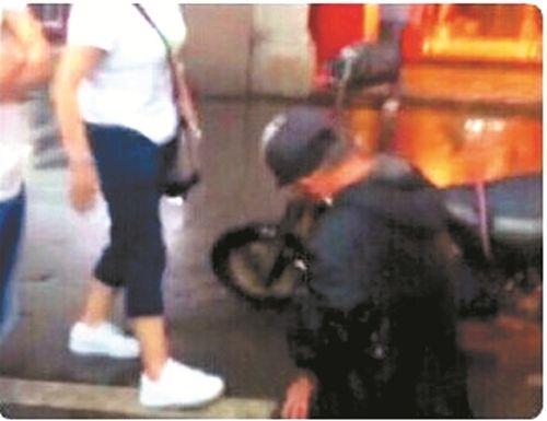 Trung Quốc: Ông lão quỳ dưới trời mưa xin lỗi vì làm vỡ màn hình Iphone 6 - Ảnh 1