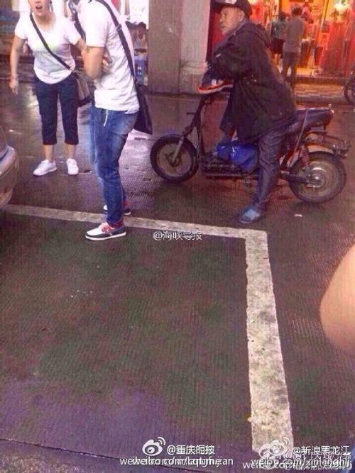 Trung Quốc: Ông lão quỳ dưới trời mưa xin lỗi vì làm vỡ màn hình Iphone 6 - Ảnh 2
