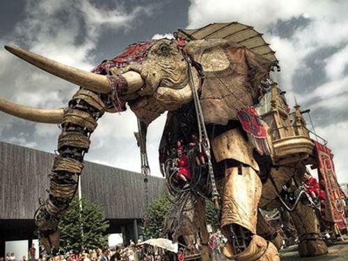 Lạ mắt chú voi 40 tấn diễu hành trên đường phố Pháp - Ảnh 1