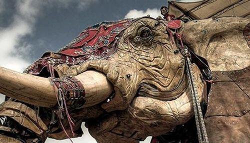 Lạ mắt chú voi 40 tấn diễu hành trên đường phố Pháp - Ảnh 2