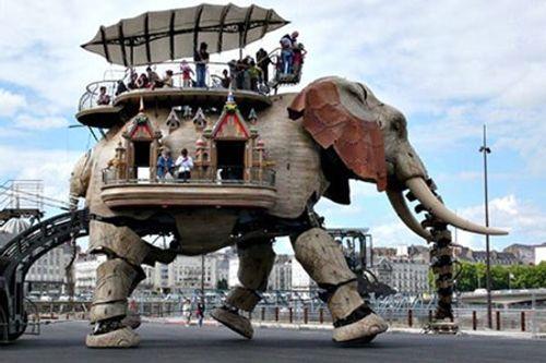 Lạ mắt chú voi 40 tấn diễu hành trên đường phố Pháp - Ảnh 3