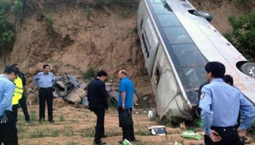 Trung Quốc: Xe khách mất lái lao xuống vực, 33 người thiệt mạng - Ảnh 1