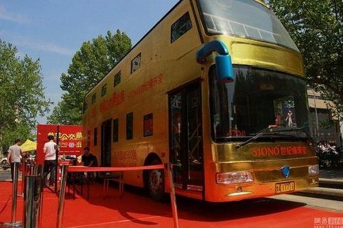 Trung Quốc: Xe buýt hai tầng dát vàng lóa mắt người xem - Ảnh 1