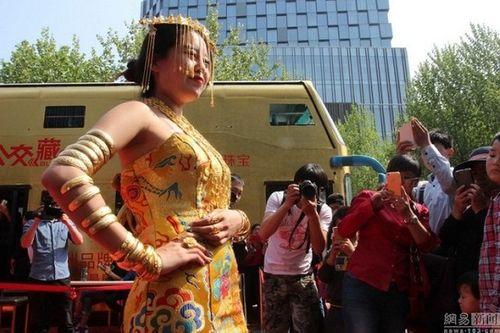 Trung Quốc: Xe buýt hai tầng dát vàng lóa mắt người xem - Ảnh 3