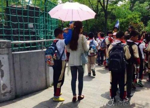 Trung Quốc: Học sinh cầm ô che nắng cho cô suốt buổi dã ngoại - Ảnh 2