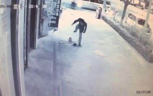 Phẫn nộ người đàn ông giẫm đạp dã man em bé 2 tuổi - Ảnh 1