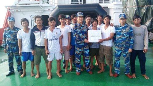 Tàu cá bốc cháy ngoài khơi, 15 ngư dân thoát chết - Ảnh 1