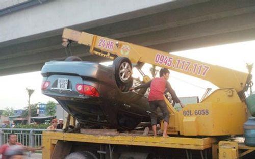 Đồng Nai: Ô tô mất lái lật ngửa trên cầu - Ảnh 1