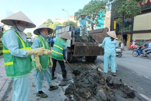 Đường Nguyễn Chí Thanh tắc kinh hoàng vì bùn rơi - Ảnh 2