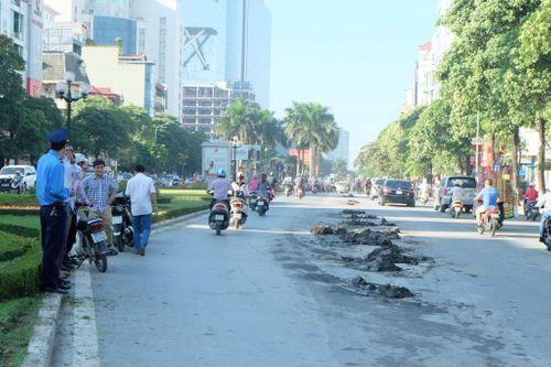Đường Nguyễn Chí Thanh tắc kinh hoàng vì bùn rơi - Ảnh 1