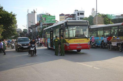 Xe buýt số 32 cán chết thanh niên điều khiển xe máy - Ảnh 2
