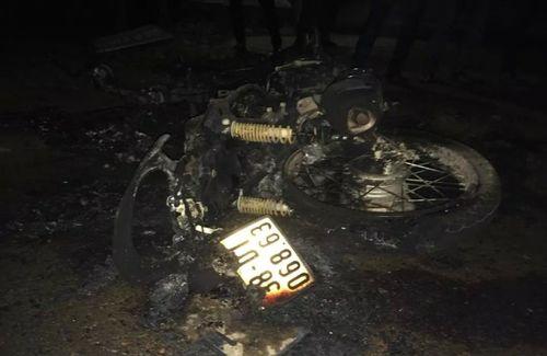 Tá hỏa xe máy phát nổ, cháy dữ dội khi đang đi trên đường - Ảnh 2