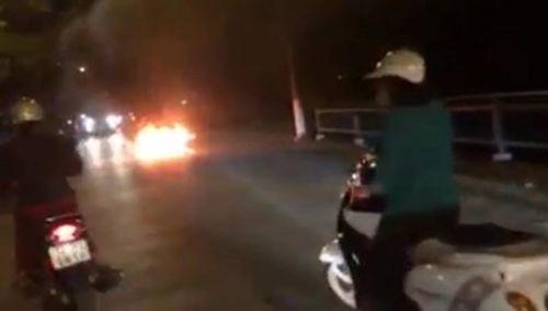 Tá hỏa xe máy phát nổ, cháy dữ dội khi đang đi trên đường - Ảnh 1