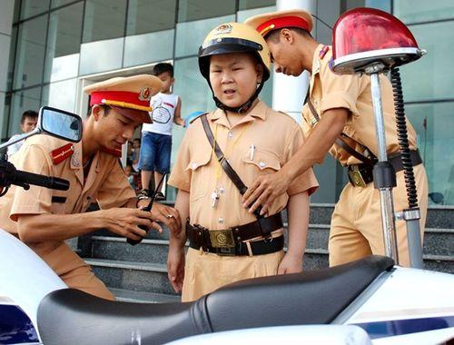 Cảm động 2 giờ làm CSGT của cậu bé mắc bệnh  ung thư ở Đà Nẵng - Ảnh 1