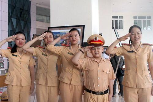 Cảm động 2 giờ làm CSGT của cậu bé mắc bệnh  ung thư ở Đà Nẵng - Ảnh 2