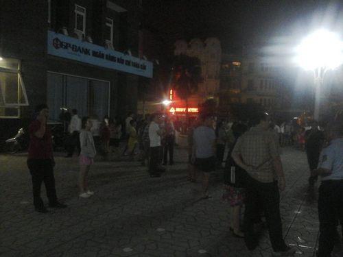 Hà Nội: Chung cư Vimeco cháy trong đêm hàng ngàn người tháo chạy - Ảnh 2