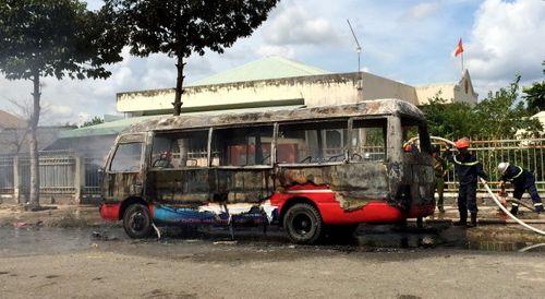 """Xe buýt """"hóa thành tro"""" giữa trưa - Ảnh 1"""