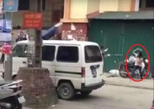 Xôn xao cô gái dùng kim tiêm đe dọa người ở Hà Nội - Ảnh 1
