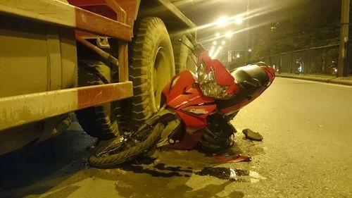 Xe bồn cán ngang thân xe máy, hai người may mắn thoát chết - Ảnh 1