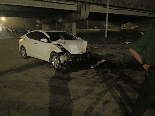 Đấu đầu xe con, xe khách lật nghiêng khiến nhiều người bị thương - Ảnh 1
