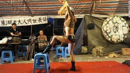 Trung Quốc cấm thuê vũ công nhảy thoát y trong đám tang - Ảnh 1