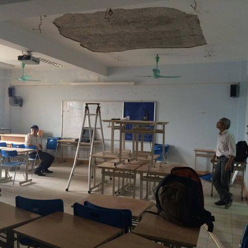 Mảng tường trần nhà trường ĐH Hà Nội đổ sập, 1 nữ sinh cấp cứu - Ảnh 1