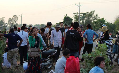 Xe chở người Việt ở Campuchia tai nạn, hành khách hoảng loạn - Ảnh 1