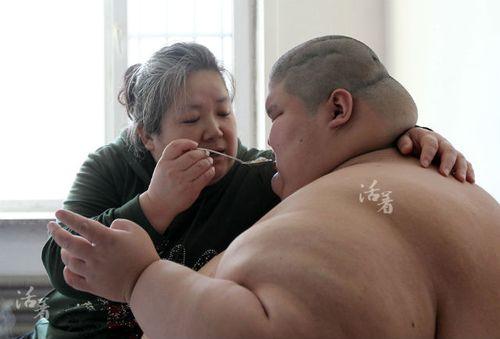 Rớt nước mắt cảnh mẹ bạc đầu chăm con tự kỷ nặng 250kg - Ảnh 1