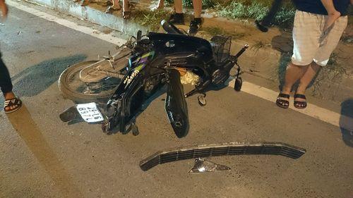 Xe máy bắn văng 10 mét sau cú húc từ ô tô - Ảnh 3