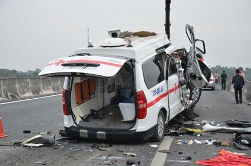 Xe cứu thương tai nạn: 3 người chết, tài xế kêu cứu trong cabin - Ảnh 1
