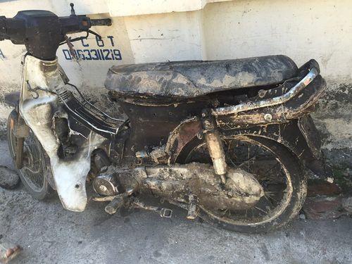 Hà Nội: Xe máy bùng cháy dữ dội khi đang lưu thông - Ảnh 1