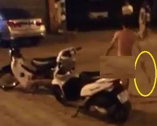 Nam thanh niên khỏa thân dạo phố gây náo loạn tại Hà Nội - Ảnh 1