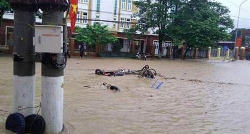 Hàng vạn hộ gia đình chưa có điện do mưa lũ miền Trung - Ảnh 1
