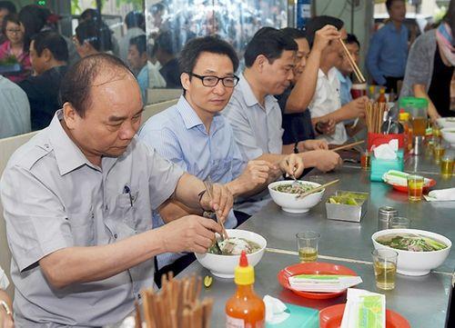 Thủ tướng ăn phở, uống cà phê bình dân ở Sài Gòn - Ảnh 1