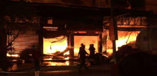 Quảng Ninh: Cháy lớn tại cửa hàng nội thất lan sang 4 nhà liền kề - Ảnh 1