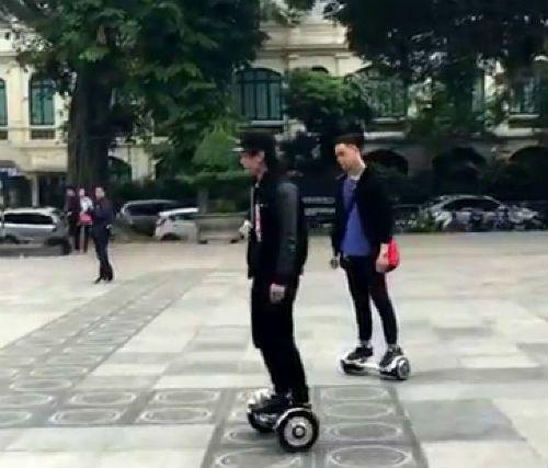 Đi xe điện cân bằng ở phố đi bộ Hà Nội có thể bị xử phạt - Ảnh 1