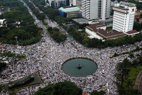 Cuộc biểu tình khổng lồ ở Indonesia chống thị trưởng Jakarta - Ảnh 1