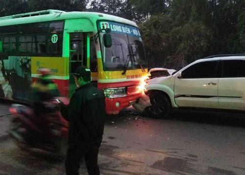 Ô tô gây tai nạn khiến cụ ông tử vong rồi đấu đầu xe buýt - Ảnh 1