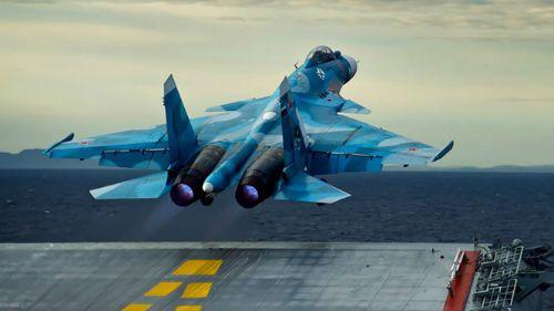 Tiêm kích Su – 33 của Nga rơi xuống biển do đứt dây hãm đường băng - Ảnh 1