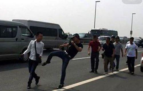 Phóng viên bị đấm chảy máu mồm khi tác nghiệp trên cầu Nhật Tân - Ảnh 2