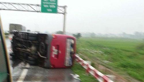 Xe khách lật trên đường cao tốc, 11 người thương vong - Ảnh 1